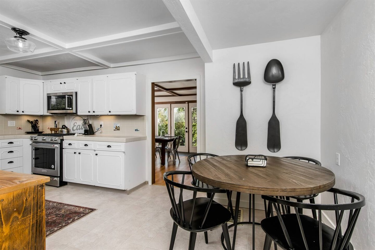 Kitchen (Lower Level): Roomy kitchen offers a breakfast nook / dining table for 4 people.