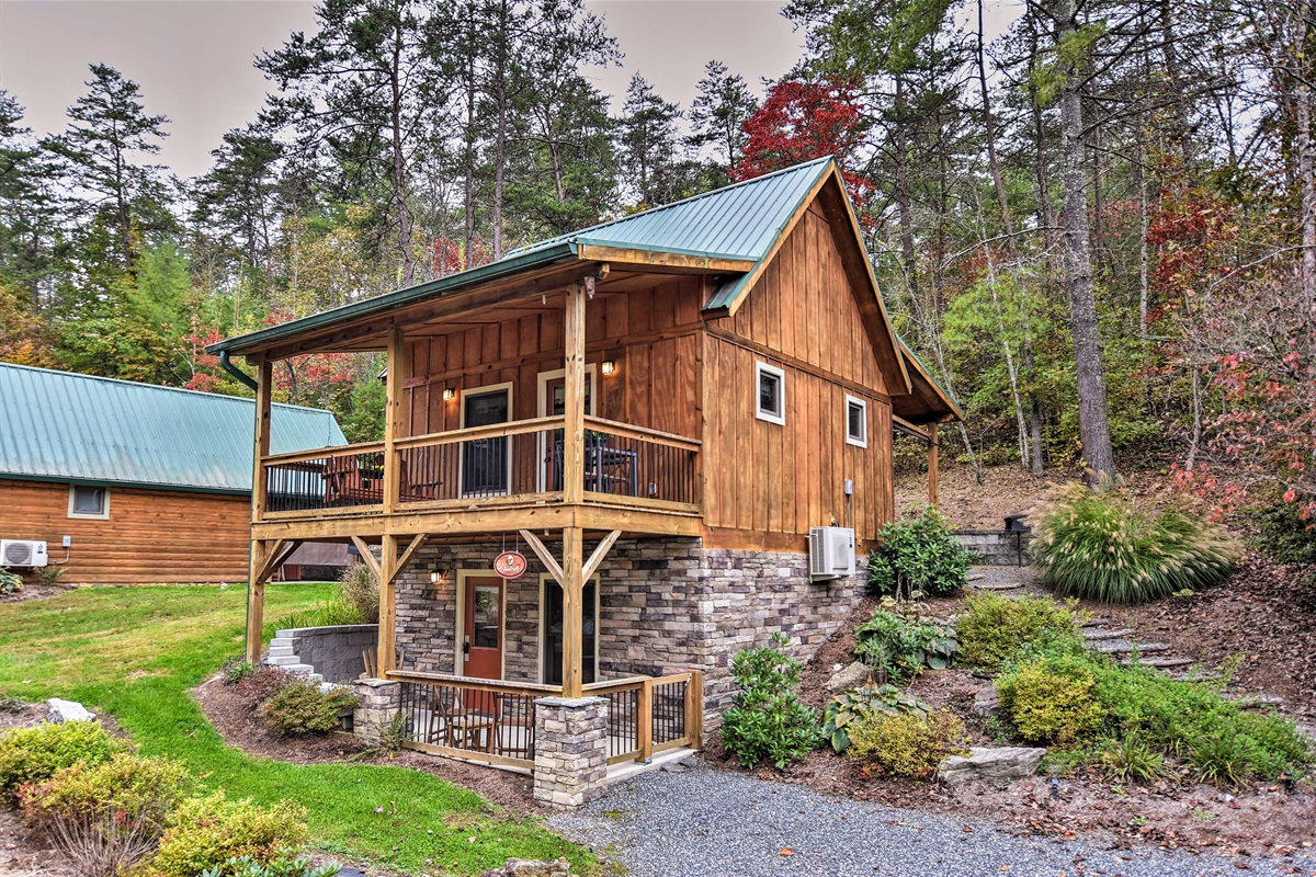 This vacation rental cabin in Weaverville is calling your name!