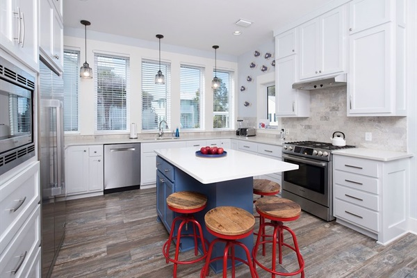 Large, light, open kitchen - Additional seating at the island