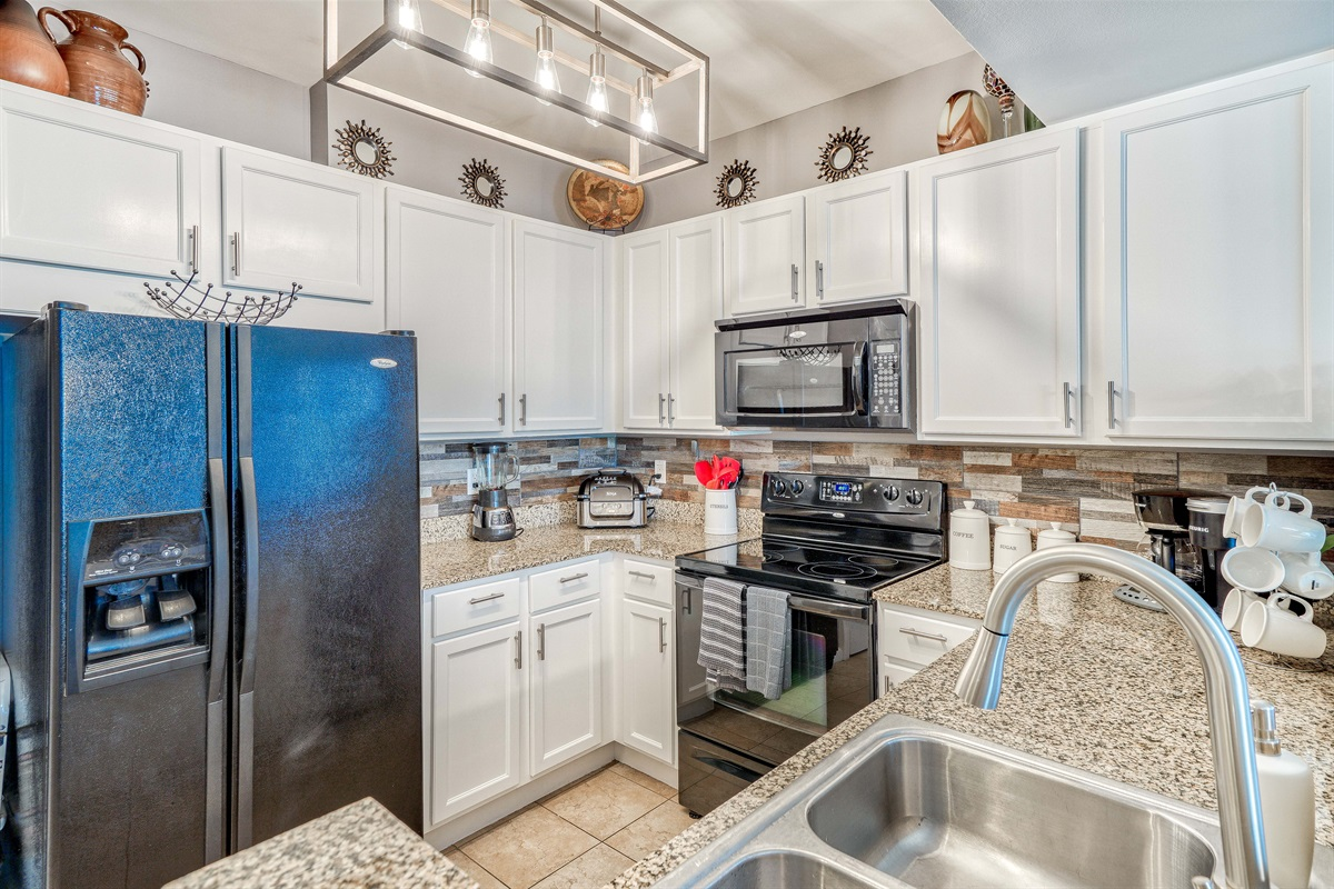 Well appointed kitchen w/standard & Keurig coffee makers