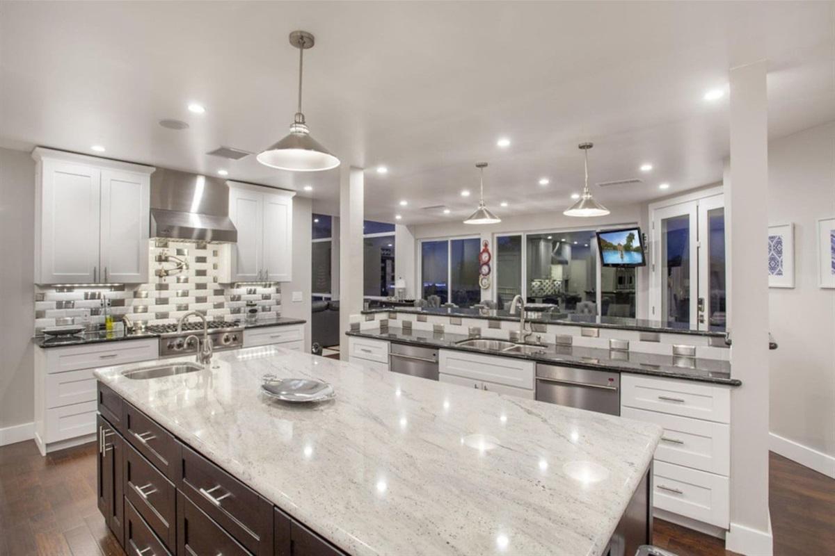 Full Gourmet kitchen