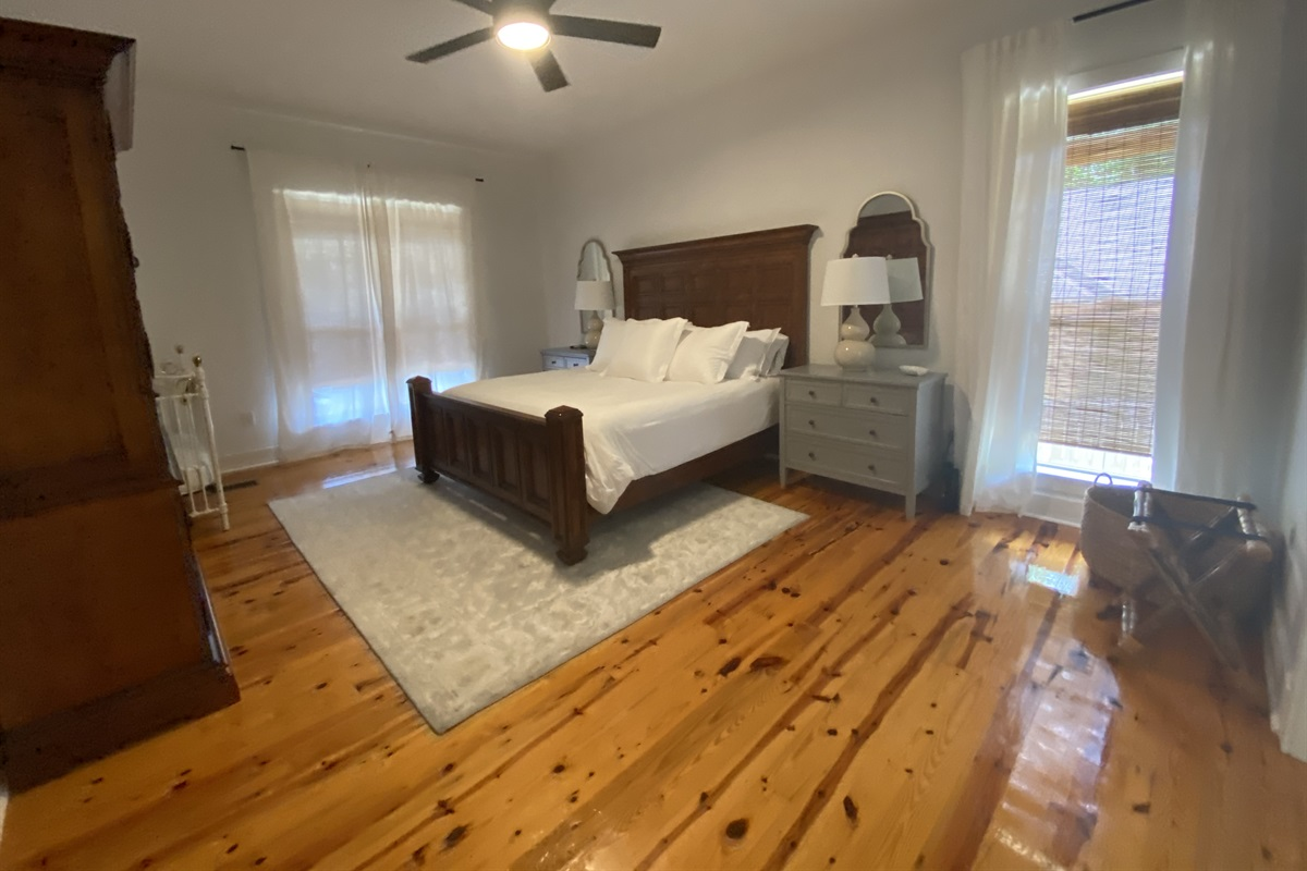 Enjoy the endless views of Lake Martin in your super comfy King size bed! Baby Crib provided too!