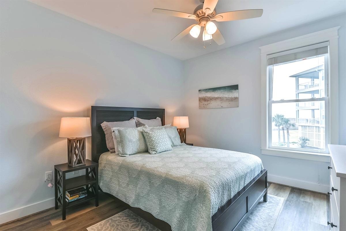 Guest bedroom w/Queen bed