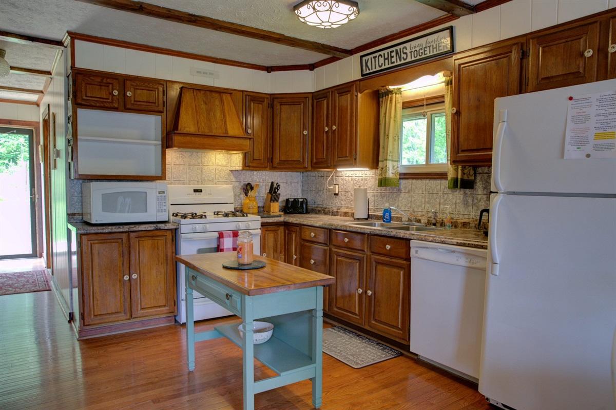 Adorable cabin kitchen!