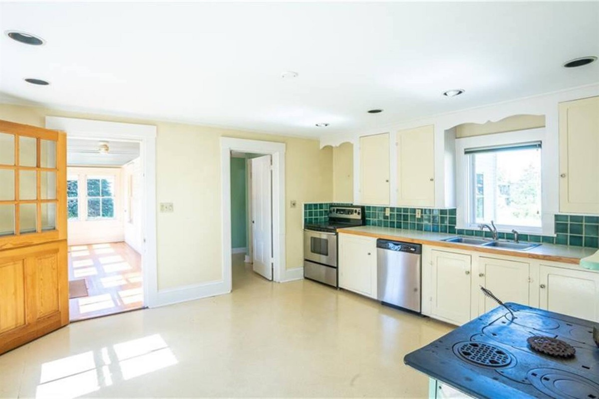 Spacious kitchen with large island, dishwasher and all the glasses and utensils for every occasion