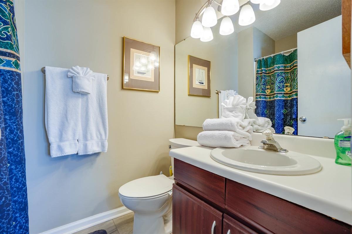 Full en-suite bath for bunk bedroom