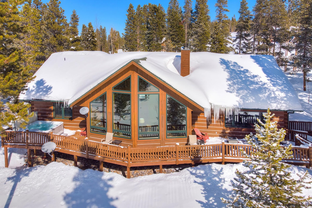 Beautiful cabin with hot tub on deck