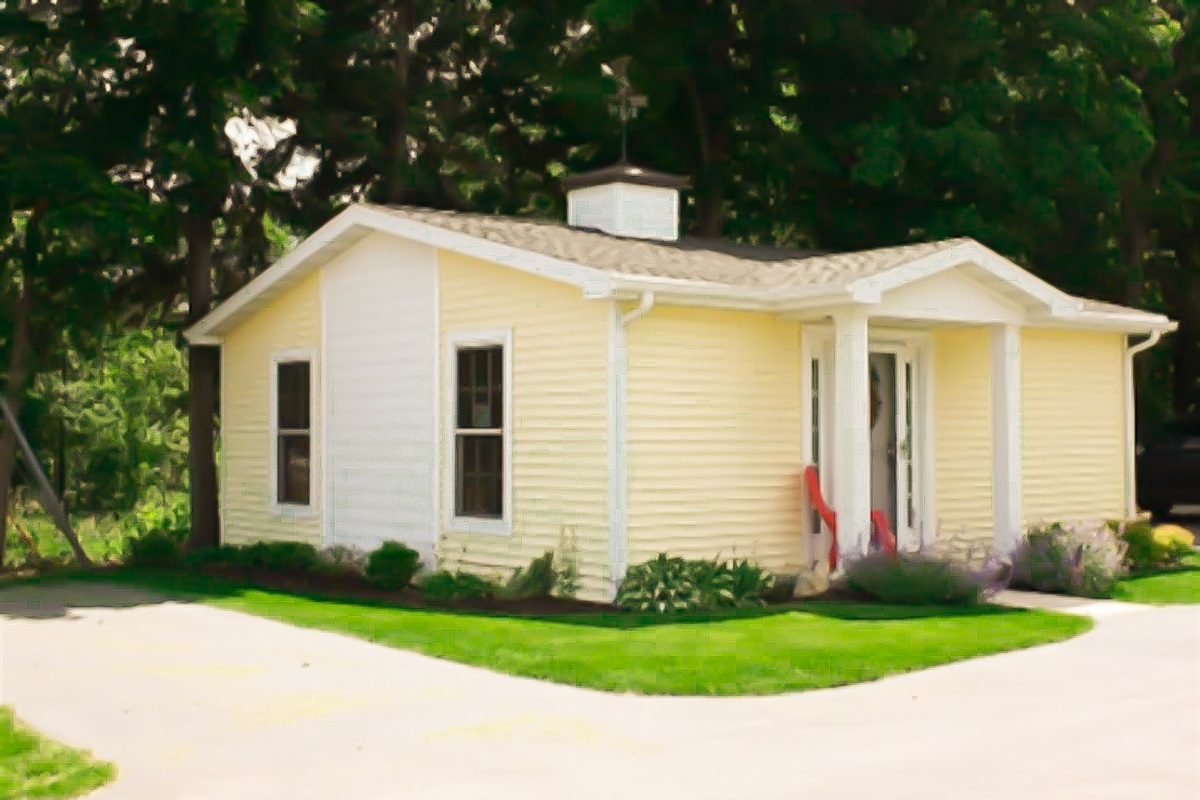 """""""Little Yellow Cottage"""" in Downtown Fish Creek is a perfect getaway in the heart of everything. Free off-street parking. This cozy cottage is perfect for your friend, friends, or couples vacat"""