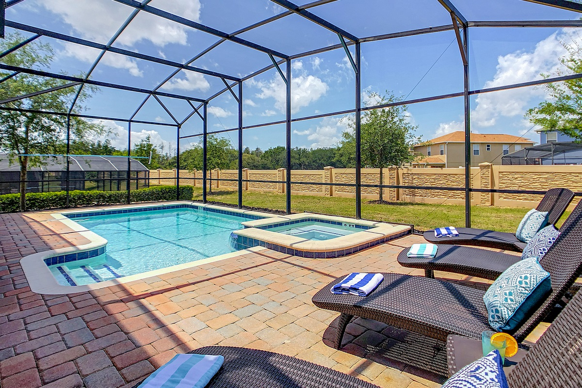 West Facing Pool/Spa-Heated (heating is extra)-Private (no backyard neighbors)