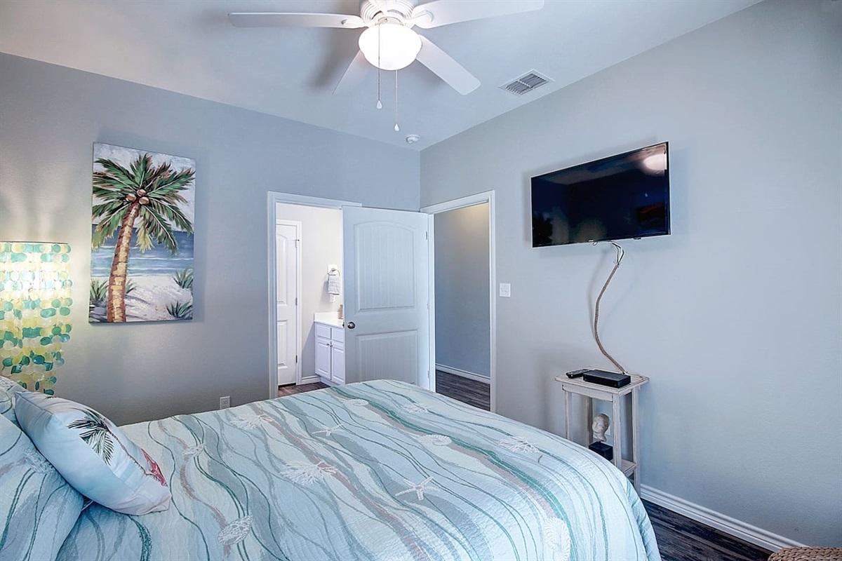 """1st Floor Queen Bedroom with a En-suite -Shower/Tub Combination.   40"""" Flat Screen TV."""
