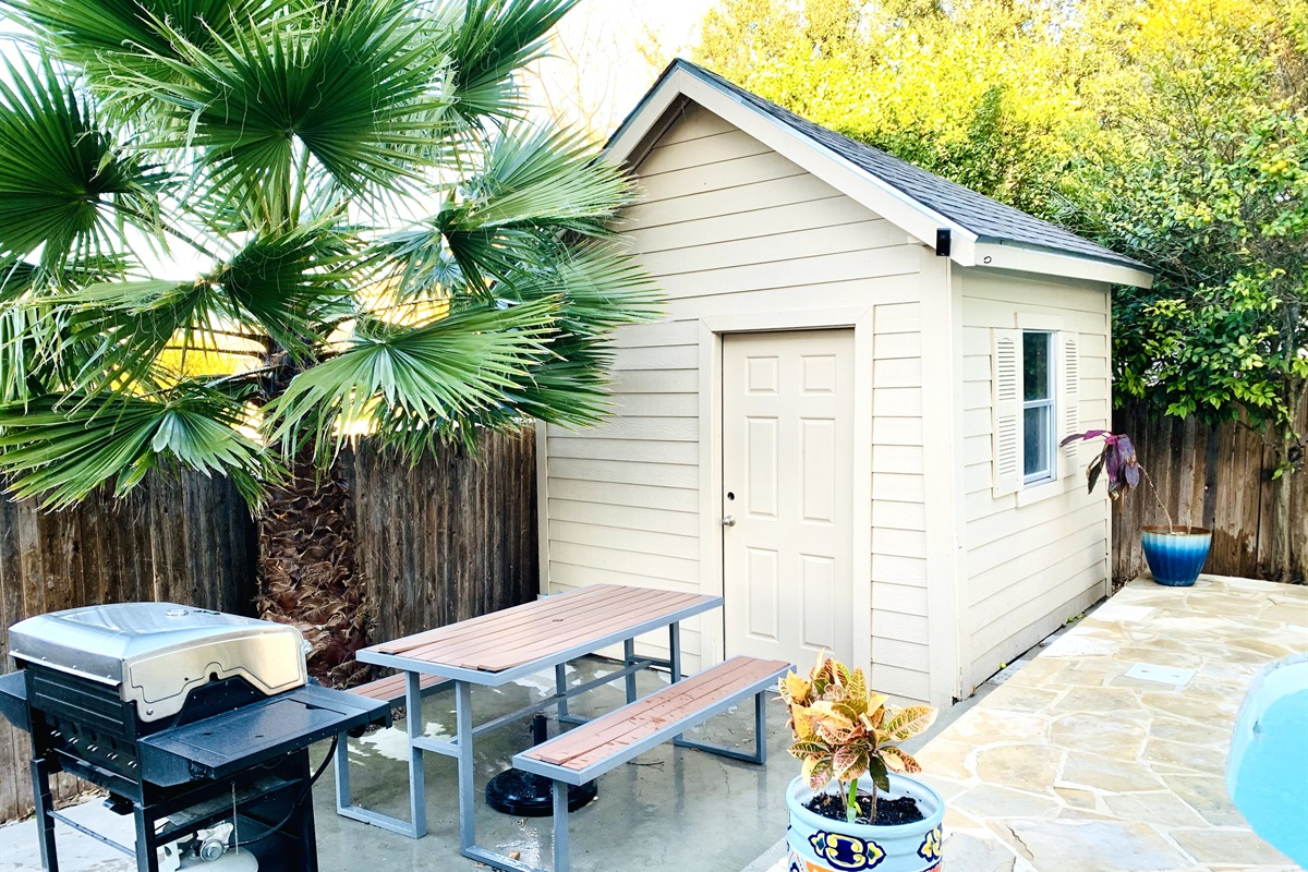 Great outdoor area w/ grill, pool and picnic table.