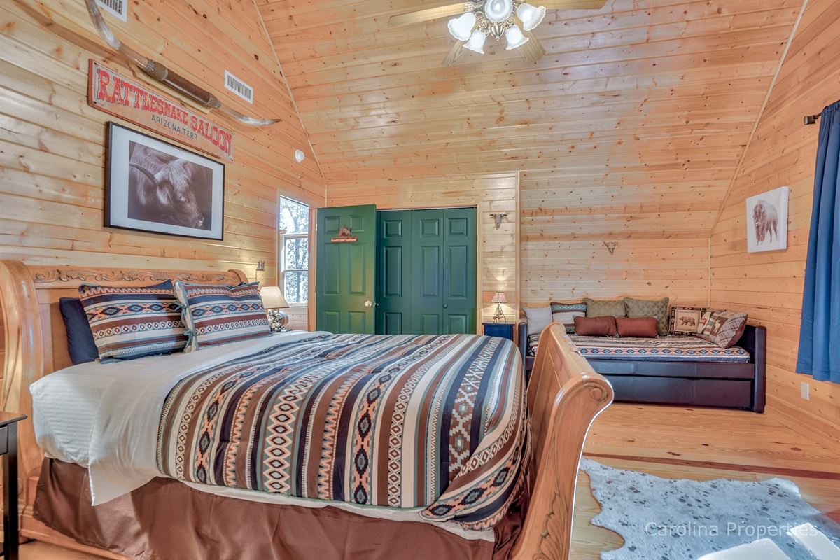 Bedroom with queen size bed and day bed