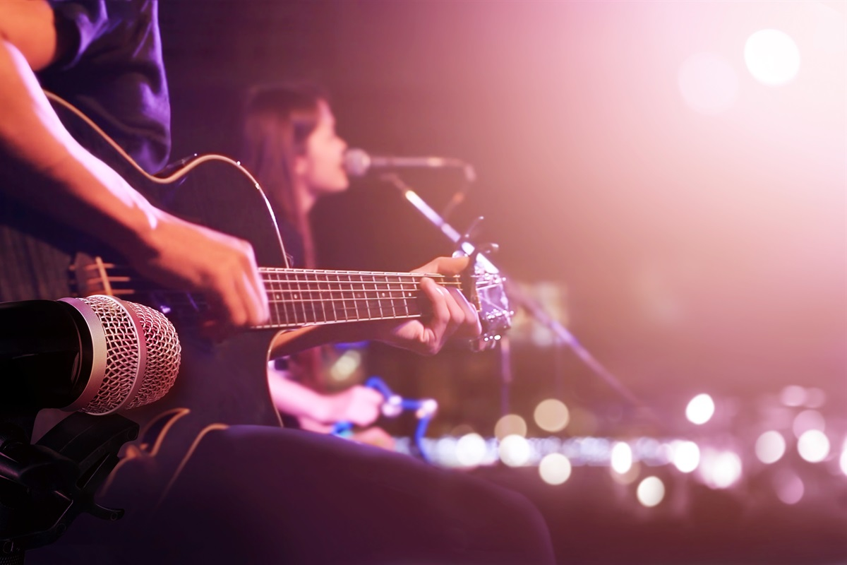 On-site live music & entertainment at The Palms Bistro & Good Vibes Bar