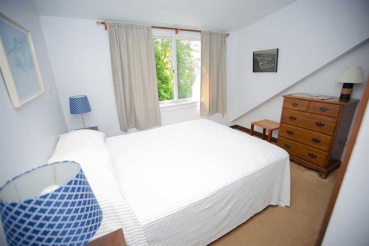 Master Bedroom w Queen