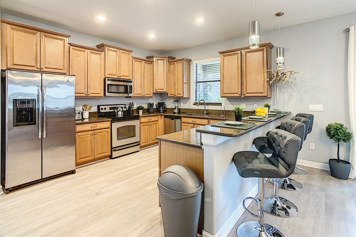 Breakfast Counter and Full Modern Kitchen