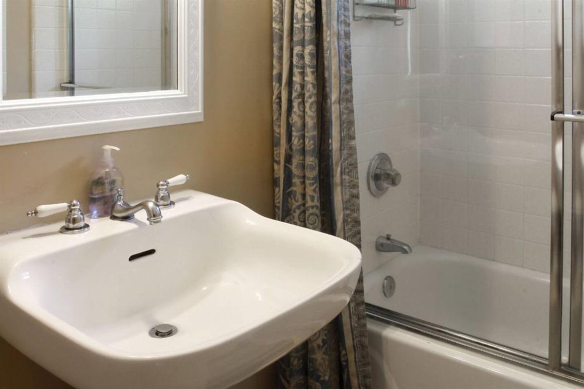 River Sea Cottage Full  Bathroom