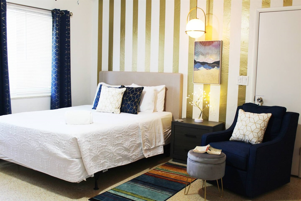Queen sized bed is made with all-Hypoallergenic, 1800 Series Hotel Collection bed sheets, LANGRIA Luxury Hotel Collection 100% Cotton Plush Pillows and a Chezmoi Collection, Austin 3-Piece Bedspread. Also Beckham Hotel Collection Luxury Gel Pillows.