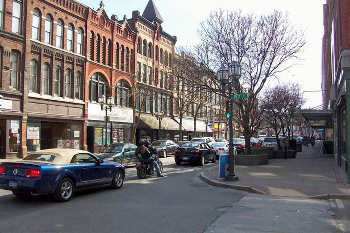 Beautiful downtown Oneonta - wonderful shops and places to eat within walking distance of this unit