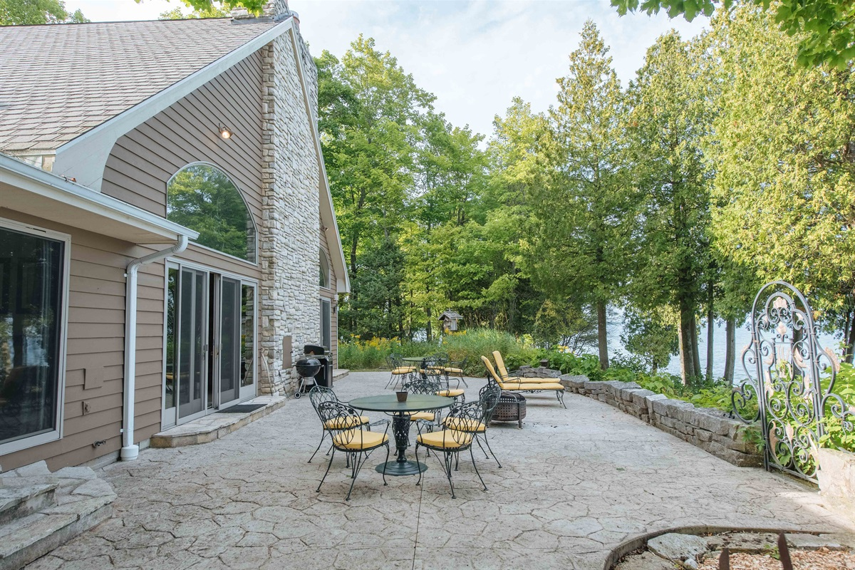Spacious Lakefront Patio