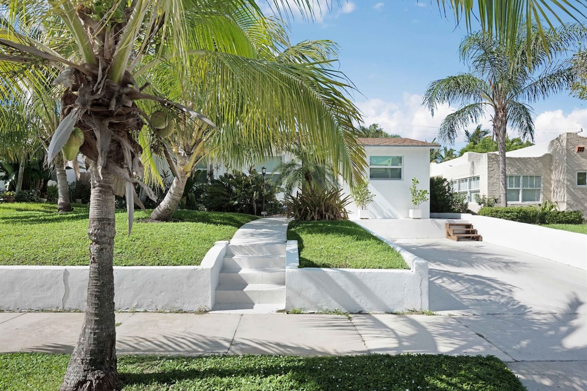 This lovely tropical home has everything you need for a wonderful relaxing vacation.  The neighborhood is absolutely gorgeous and just minutes from the intra-coastal and downtown West Palm.