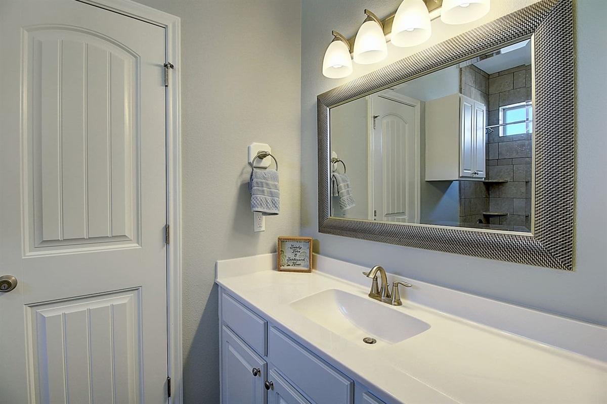 1st Floor Queen Bedroom: Ensuite. Tub/shower Comb.