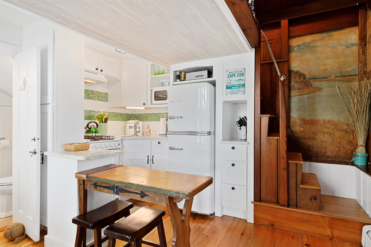 The kitchenette is fully stocked with ample cookware, counter top appliances, dishes, glassware, utensils, serving bowls and glassware. Paper goods, dishwashing liquid and liquid hand soap are also supplied for our guests convenience.