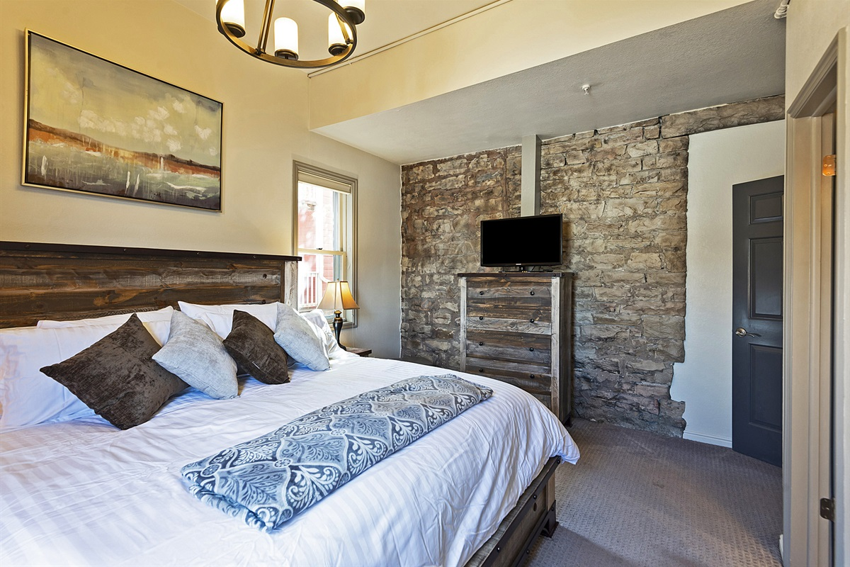 Master suite - king size bed, ensuite bath, TV