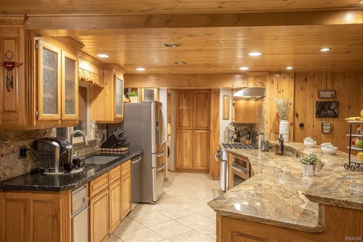 Kitchen: This spacious upscale kitchen is a chef's dream!