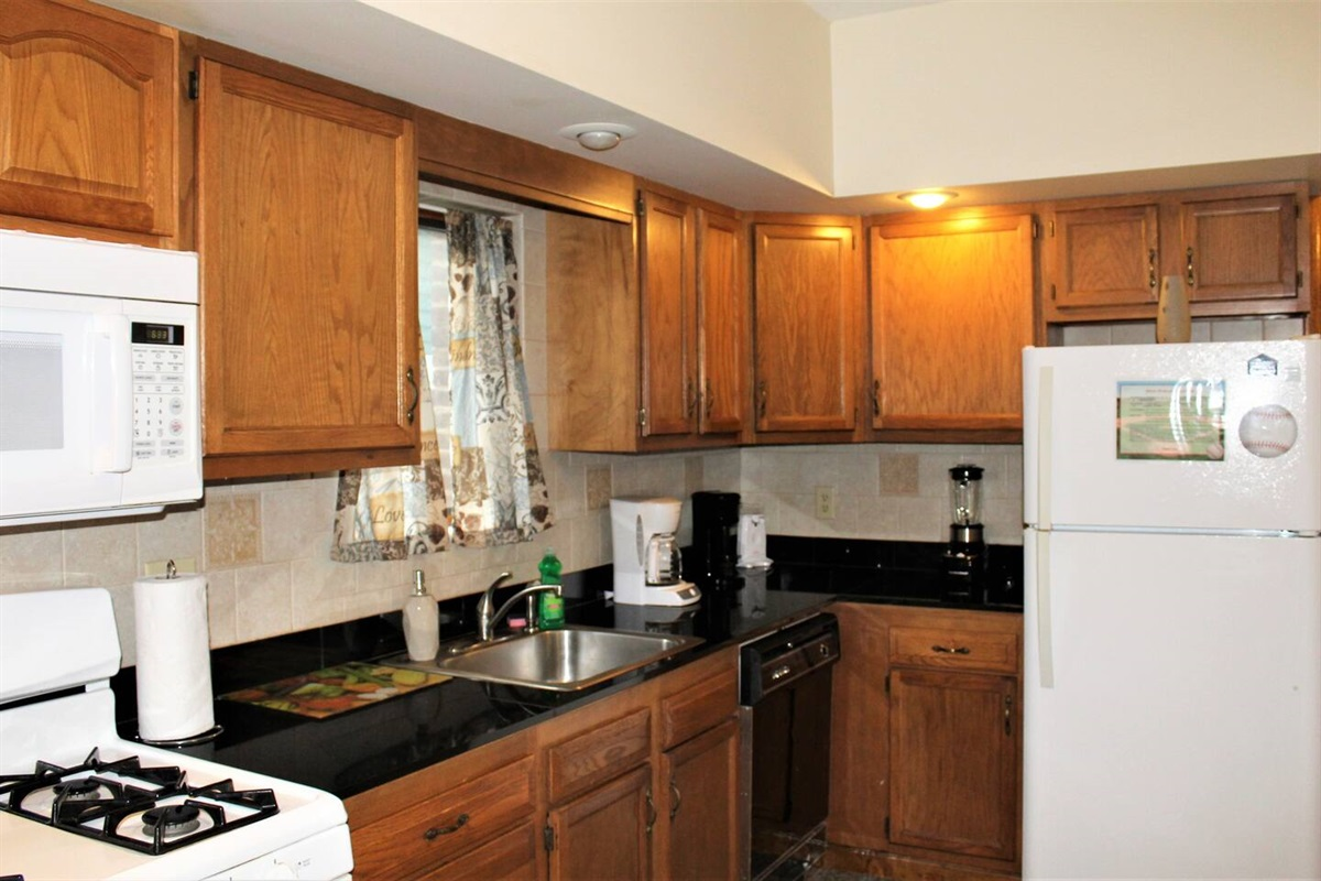 Gas range, granite countertops and a large supply of kitchen appliances make this a wonderful place to call home for your tournament vacation