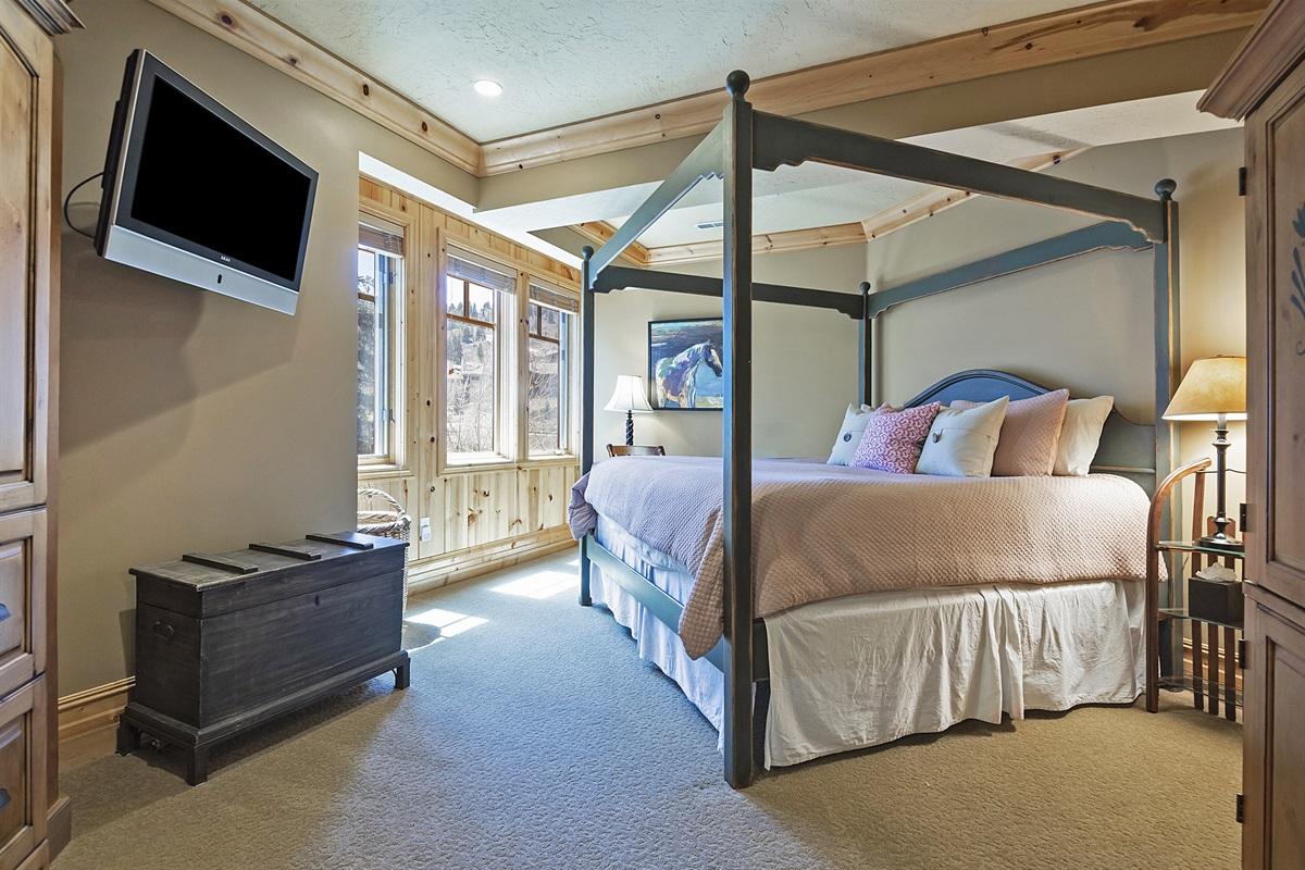 2nd Master suite - King size bed - TV - ensuite bath