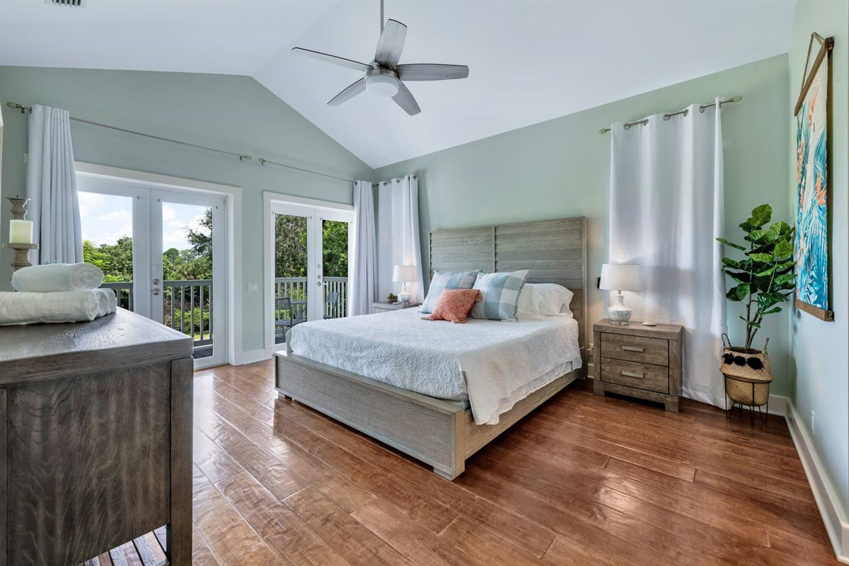 BEAUTIFUL AND SPACIOUS MASTER BEDROOM WITH KING SIZE BED.WE USE WHITE LINENS AND OUR MATTRESSES AND  PILLOWS HAVE WATER PROOF COMPLETE  ENCASEMENT  COVERS.