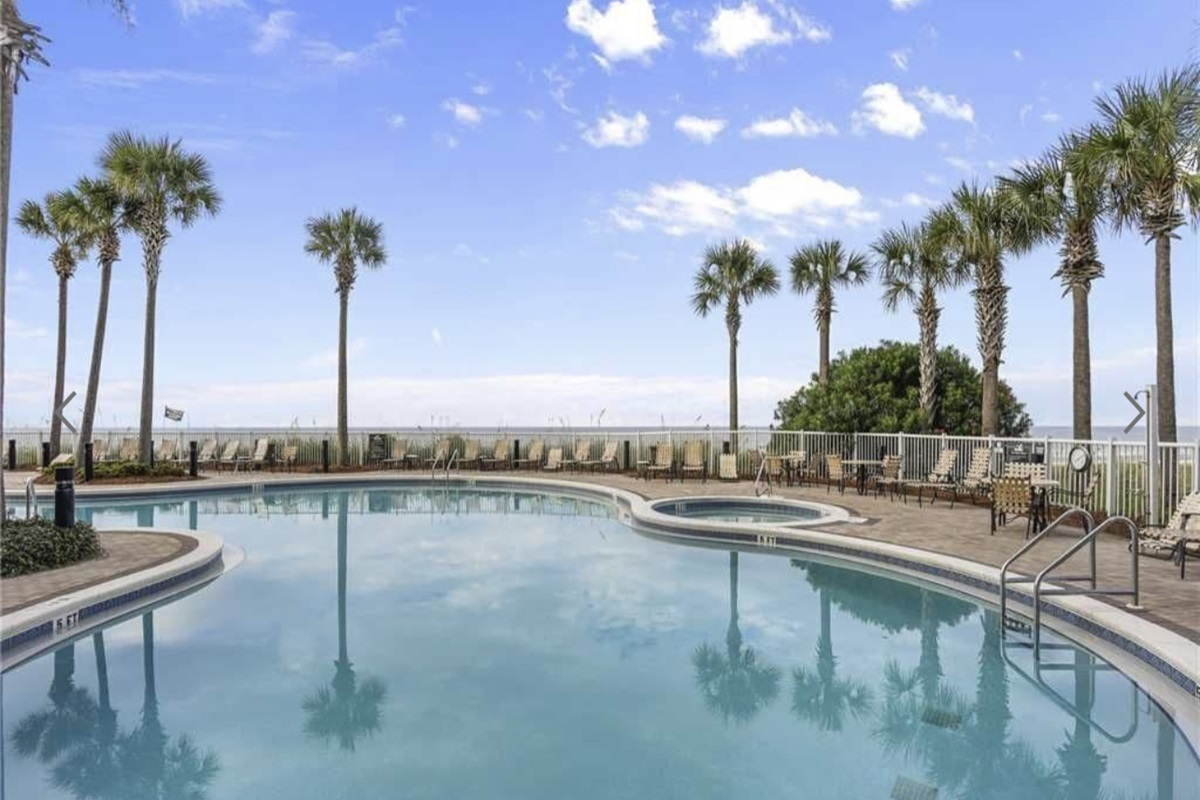 Beachfront pool/hot tub
