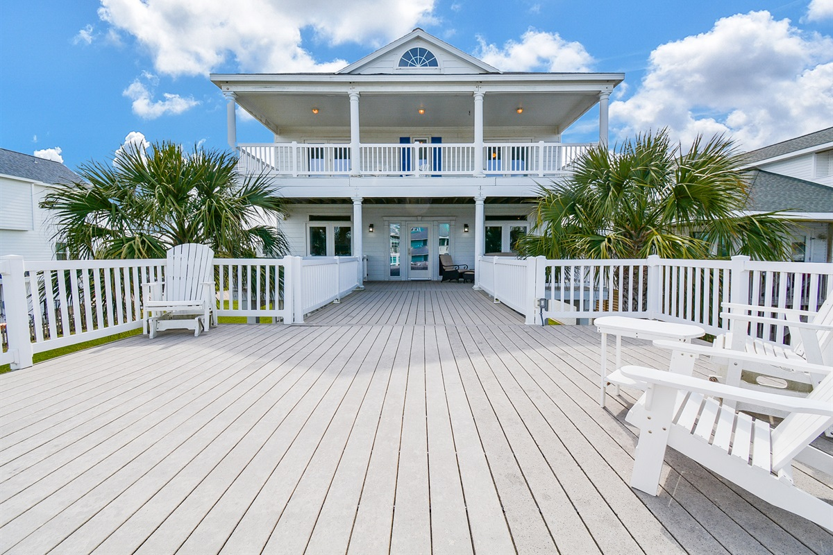 Two beautiful decks to enjoy views