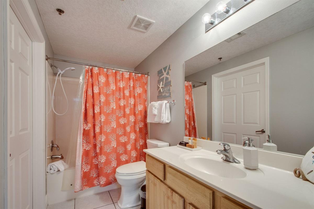 Guest bathroom w/combo tub/shower