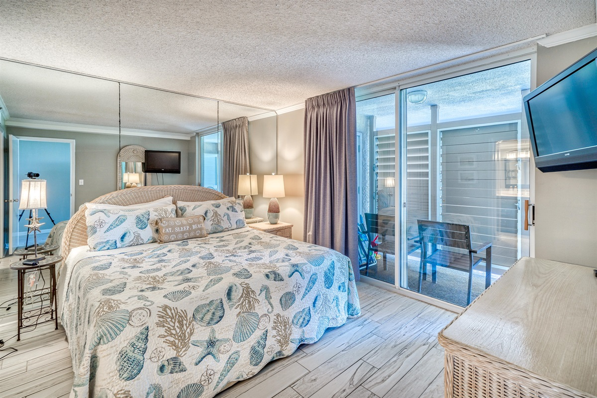 King Bed, en-suite Bathroom & Private Access to Front Porch Lanai