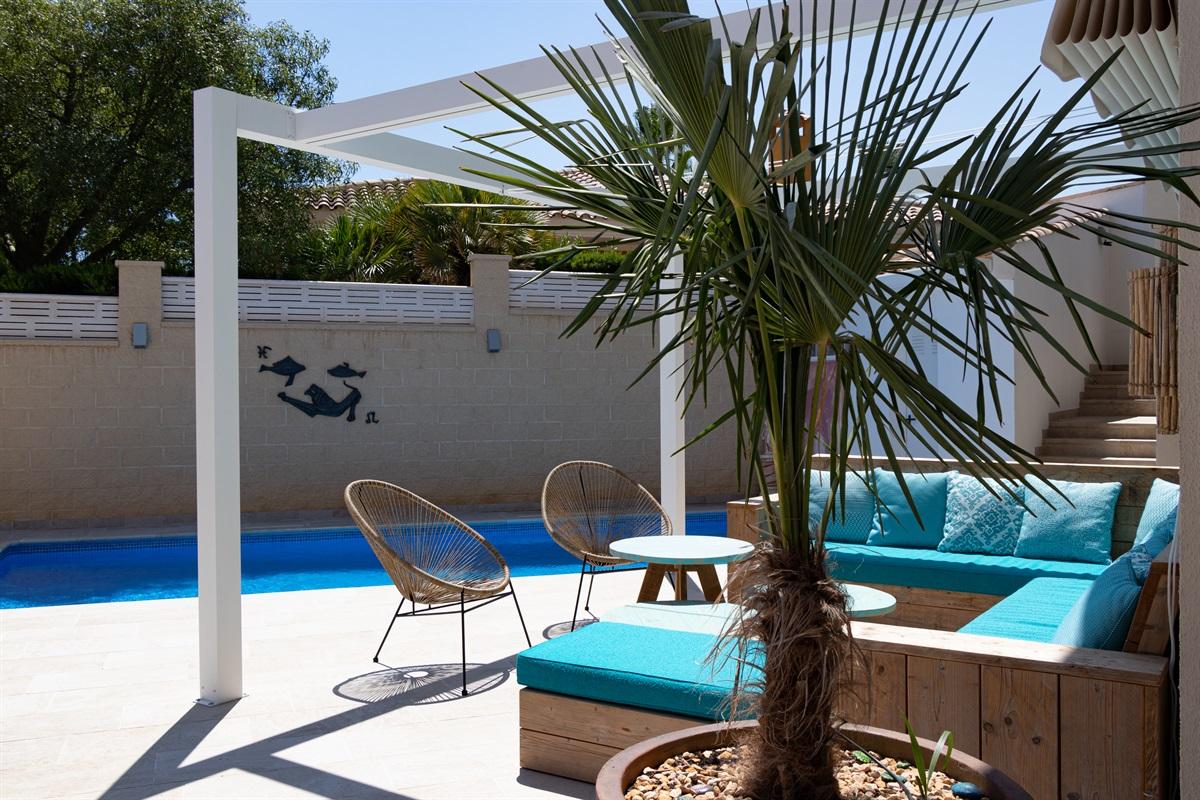 Lounge set and swimming pool