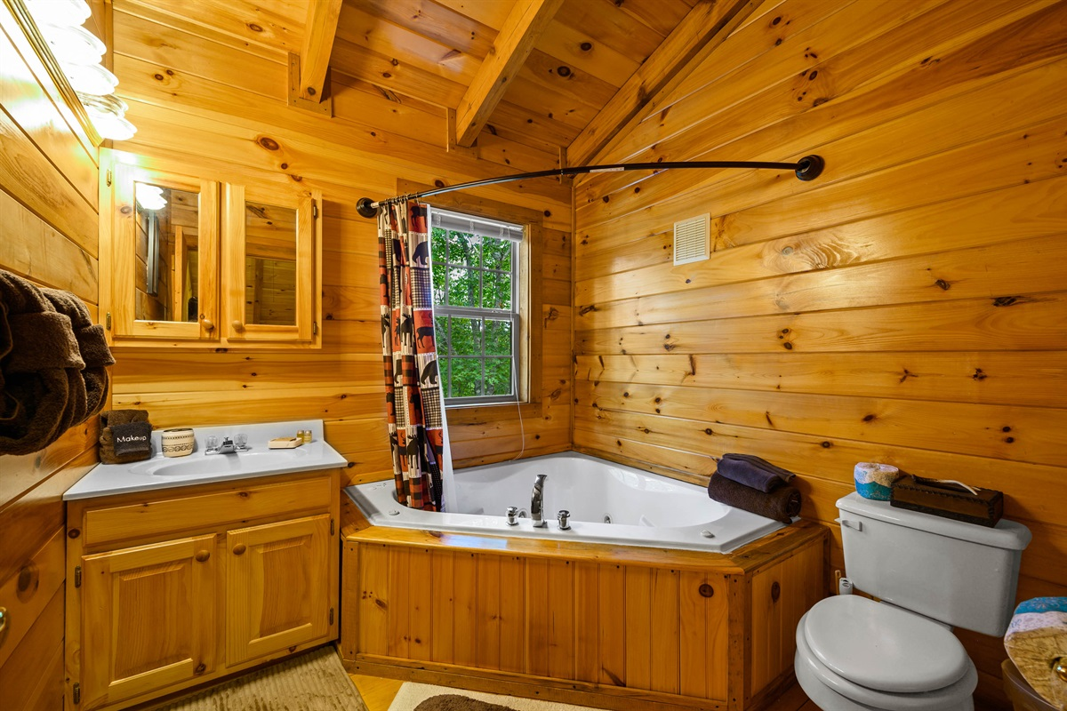 Upper Level En Suite with Jetted Tub