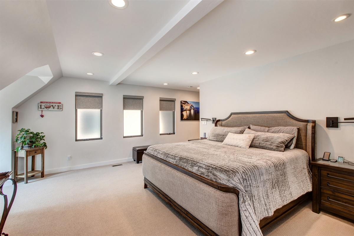 Master bedroom - king size bed - ensuite bath