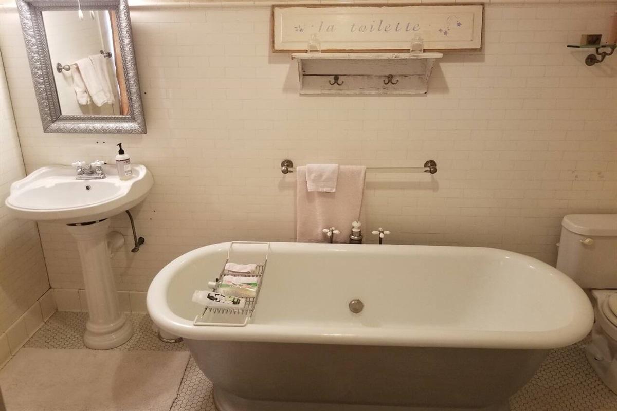 White Suite - Private Bath with Original Tub