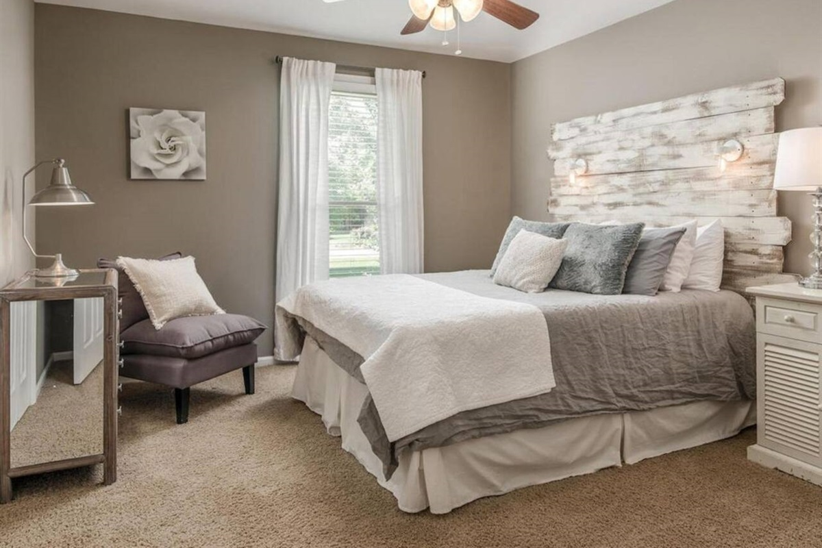 1st Guestroom with Queen bed
