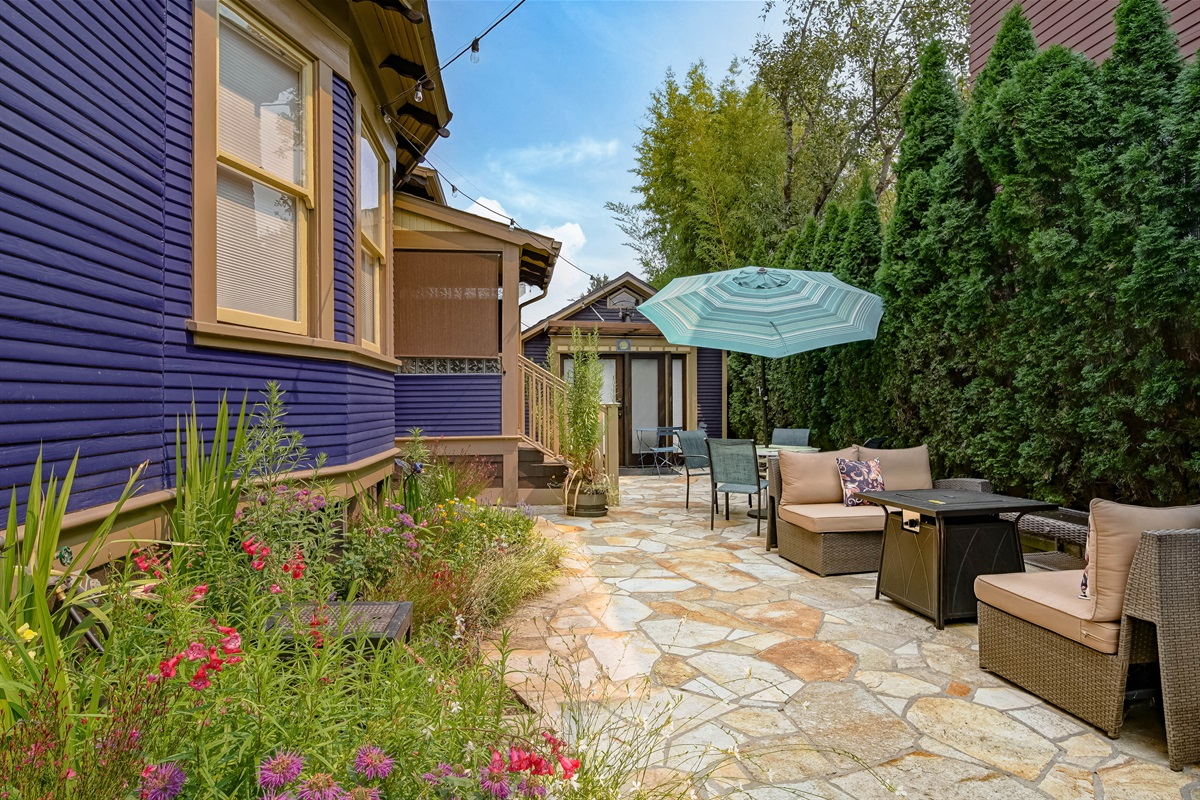 Quiet, totally secluded patio and garden. Williams Street is just one block away.