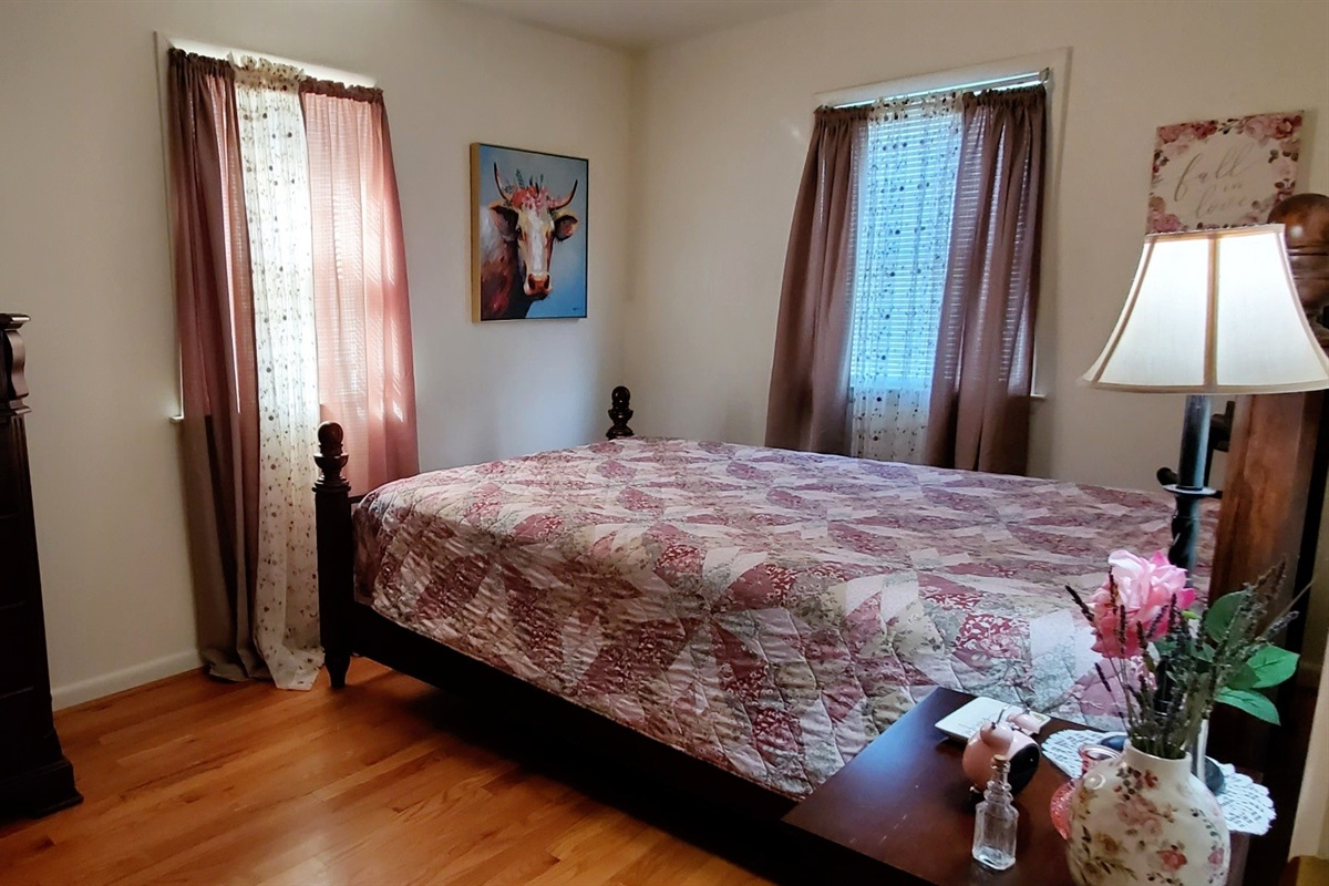 2 large bedrooms, each w/ queen bed and hi-def TV