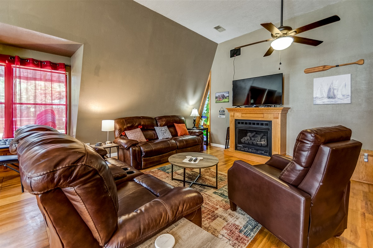 Comfortable living w/ large TV!