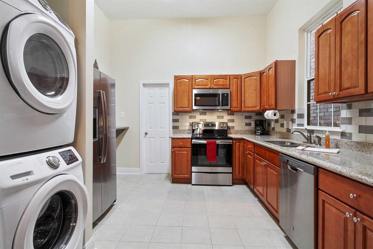 Full kitchen. Filtered water/ice in fridge. Full laundry.