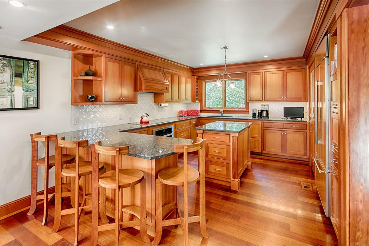Full kitchen, peninsula seats 4