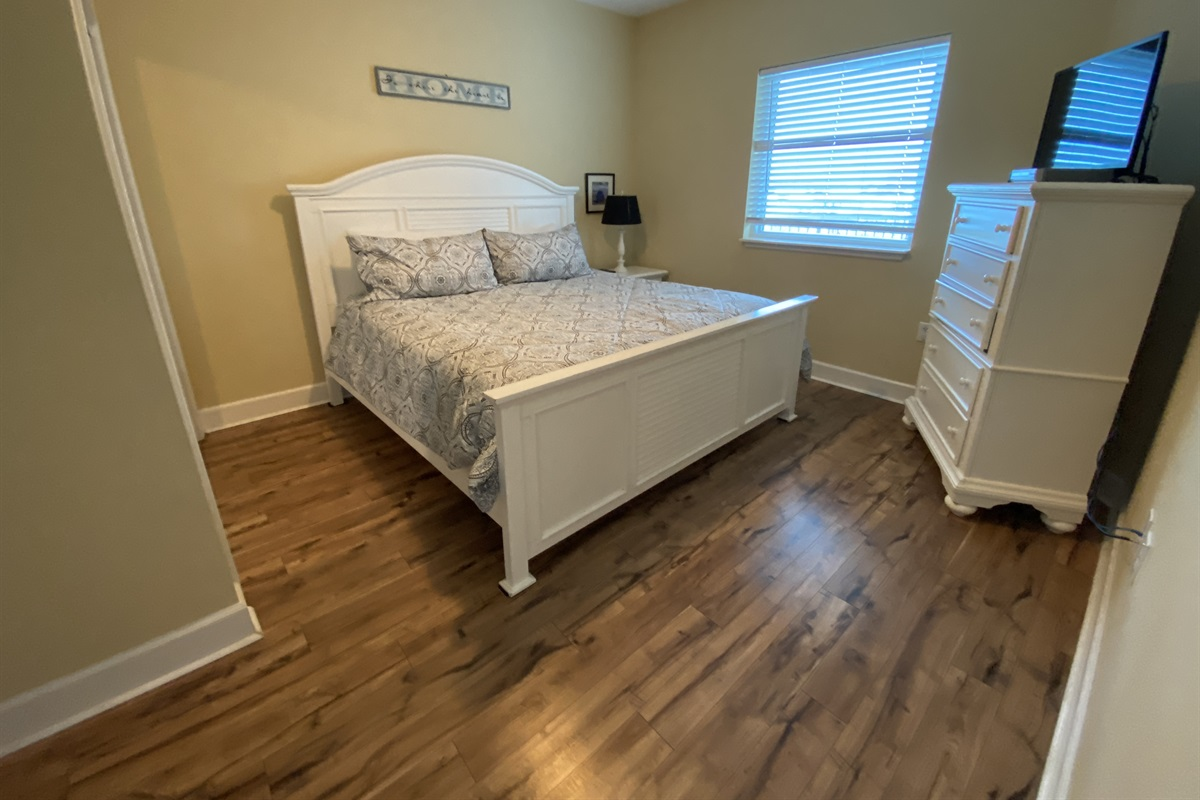 Bedroom 2 w/king bed