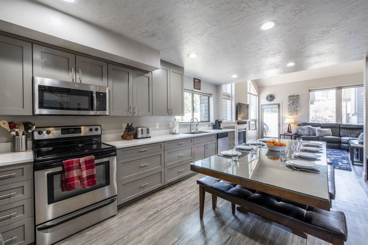 Large kitchen. New appliances.