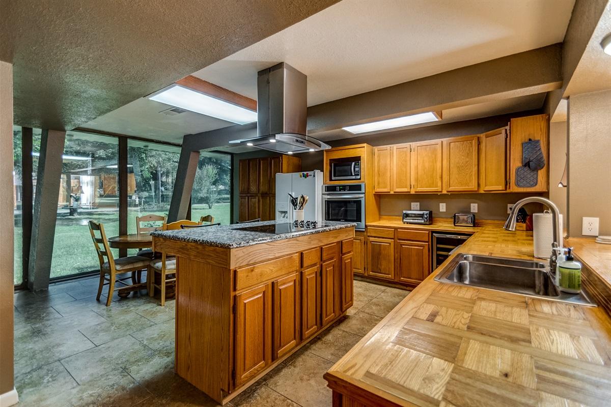 Great kitchen w/ breakfast nook!