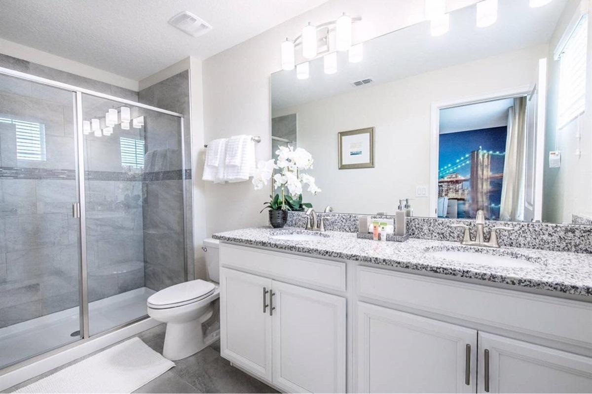 ... en-suite 2nd master bathroom.