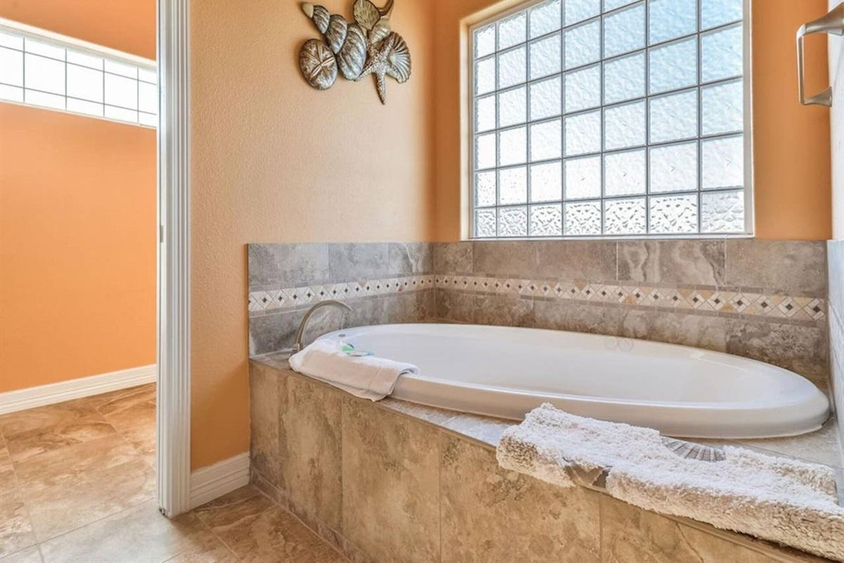 Master en Suite Bath with Large Soaking Tub